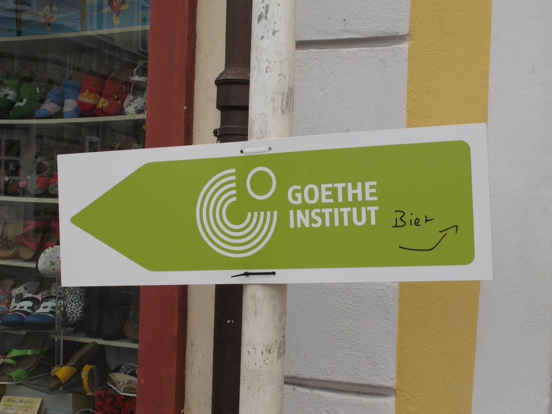 Wegweiser zum Goethe Institut und Alternativroute zum Biergarten